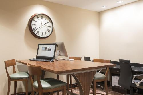 DoubleTree by Hilton Grand Rapids-Airport Photo