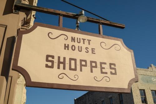 The Historic Nutt House Hotel Photo