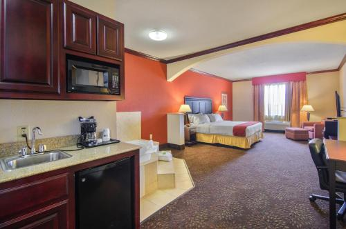 Holiday Inn Express Hotel & Suites Terrell Photo