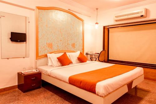 http://www.booking.com/hotel/in/oyo-apartments-powai-lake-view.html?aid=1728672
