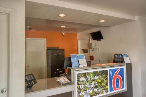 Motel 6 Everett North Photo