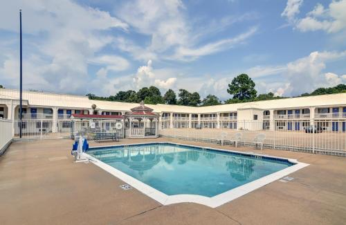 Motel 6 Lindale Photo