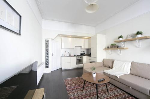 Stay at FG Apartment - Earls Court Ongar, Flat 1