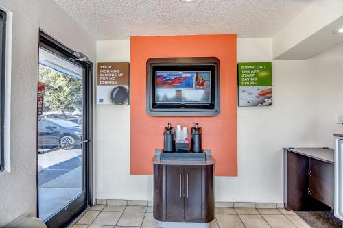 Motel 6 Stockton - Charter Way West - Stockton, CA 95206