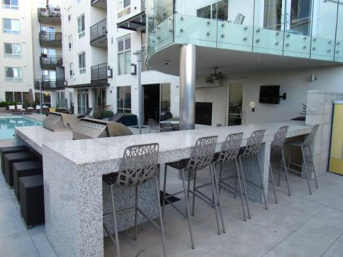 Miracle Mile - Brand New Apartment with Full Amenities Photo
