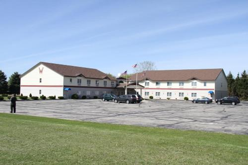 Americas Best Value Inn Lake Mills Photo