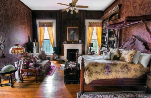 Historic Maple Hill Manor Bed & Breakfast Photo