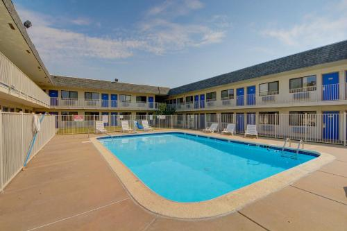 Motel 6 Wichita Airport Photo