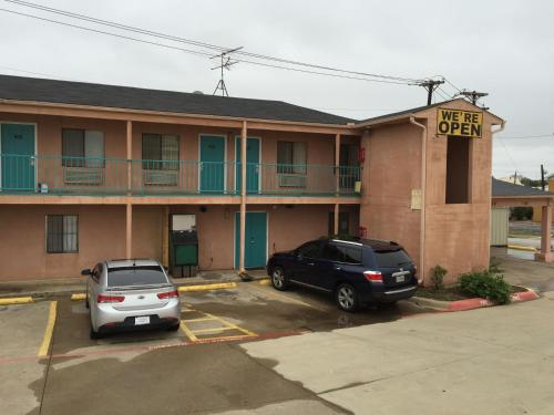 Crown Inn Grand Prairie Photo