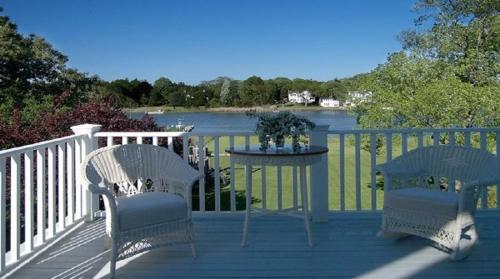 Stately Waterfront Home in Picturesque Westhampton Beach Photo