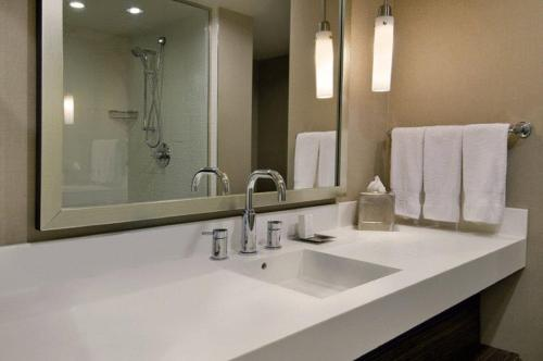Hilton Toronto Airport Hotel & Suites Photo
