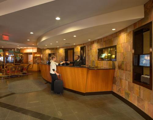 Radisson Hotel Milwaukee West Photo