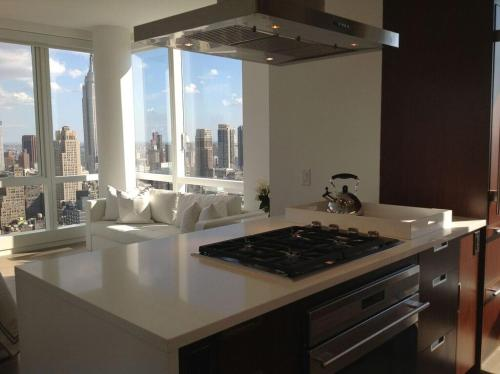 Stunning Apartment with Spectacular Views Near 5th Ave Photo