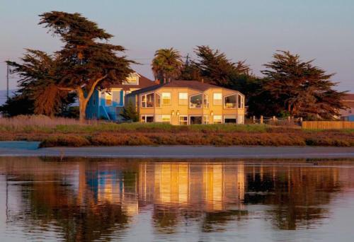 Captain's Inn at Moss Landing Photo