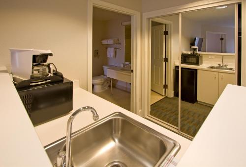 Ashland Hills Hotel & Suites Photo