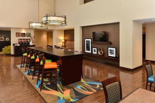 Hampton Inn & Suites Harvey Photo