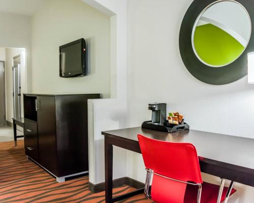 Quality Suites Fort Myers - I-75 Photo