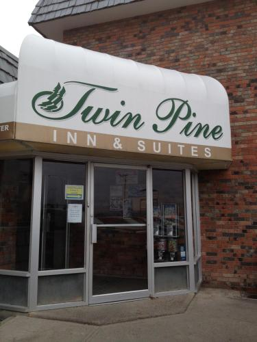 Twin Pine Inn & Suites Photo