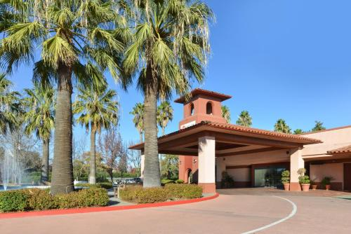 Red Lion Hotel Woodlake Conference Center Photo