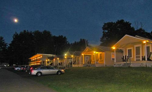 Half Moon Motel & Cottages Photo