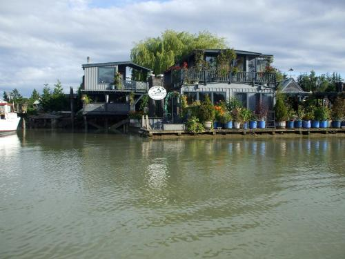 Duck Inn Riverfront Cottages Photo