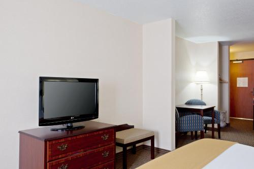 Holiday Inn Express & Suites Jackson Photo
