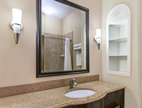 Holiday Inn Express & Suites Victoria Photo