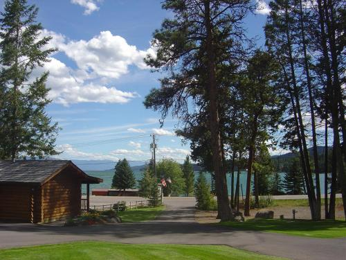 Somers Bay Log Cabin Lodging Photo