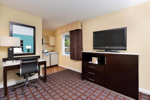 America Best Value Inn New London Photo