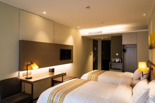 http://www.booking.com/hotel/cn/home-inn-plus-shanghai-pudong-lujiazui-expo-park-south-pudong-road.html?aid=1728672