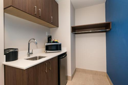Holiday Inn Express & Suites Victoria-Colwood Photo