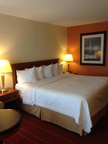 Rodeway Inn & Suites Greensboro Photo