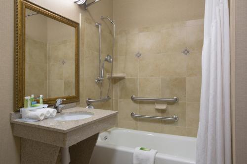 Holiday Inn Express & Suites Mitchell Photo