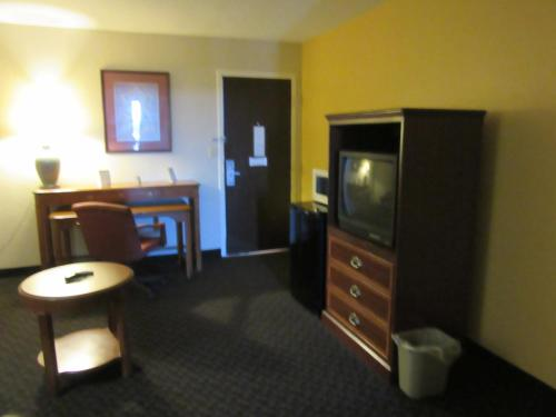 Days Inn & Suites SE Fort Jackson Photo