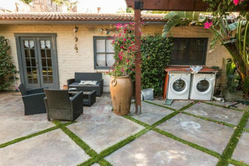 Sherman Oaks 2 Bedroom Villa - Sherman Oaks, CA 91401
