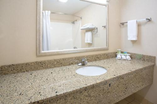 Holiday Inn Express Hotel & Suites Abilene - Abilene, KS 67410