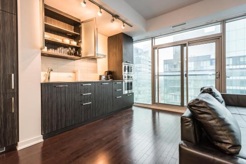 Downtown Luxury Lakeview Condo Photo