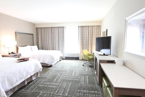 Hampton Inn & Suites Dallas Market Center Photo