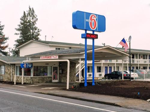 Motel 6 Salem Expo Center Photo