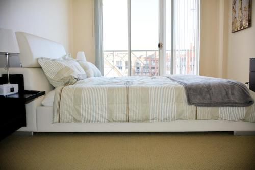 Heaven on Washington Furnished Apartments - Heart of the City Photo