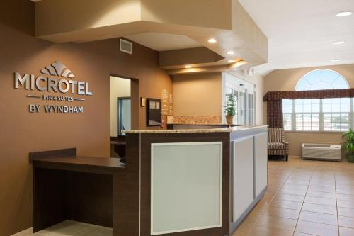 Microtel Inn & Suites Kenedy Photo