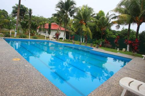 http://www.booking.com/hotel/my/lacomme-country-resort.html?aid=1728672