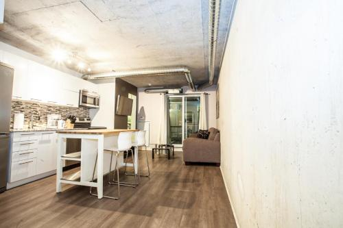 Pinnacle Suites - Queen West Lofts Photo