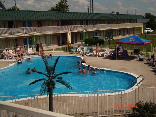 Econo Lodge Inn & Suites – 68411
