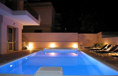 Blue Sky Hotel Apartments - Ari Velouchioti 41 Greece