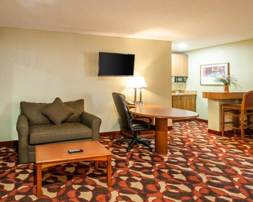 Quality Inn & Suites Kansas City I-435N Near Sports Complex Photo