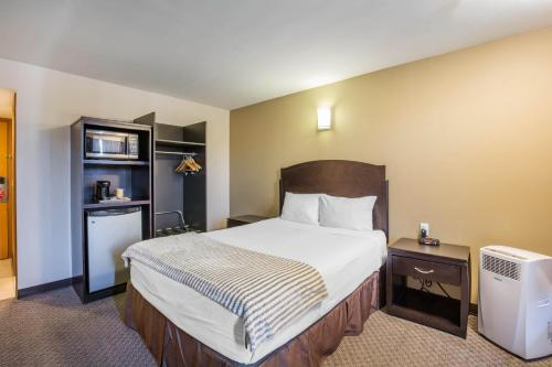 Econo Lodge Inn & Suites City Center Red Deer Photo