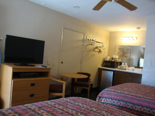 Townhouse Inn and Suites Photo