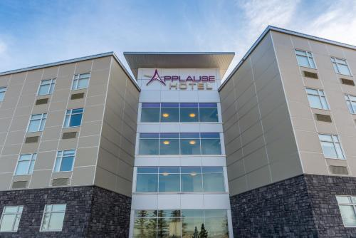 Applause Hotel Calgary Airport Photo