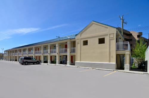 Econo Lodge Inn & Suites University Calgary